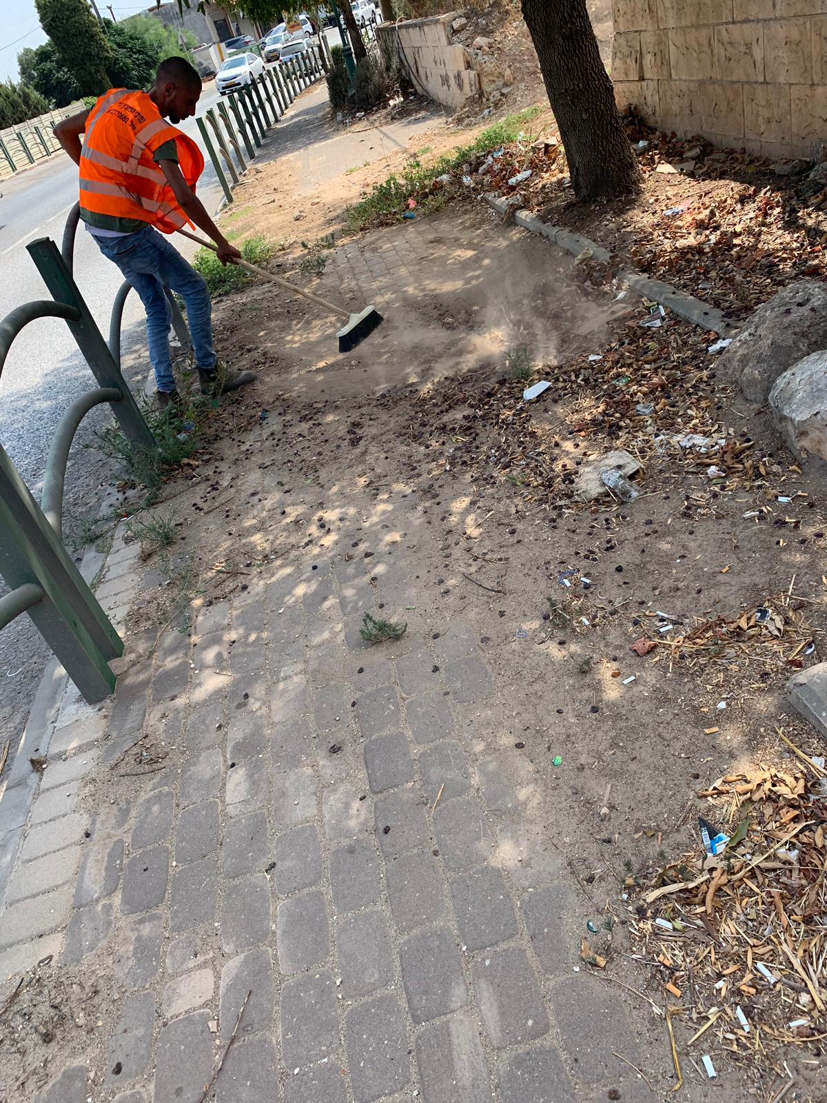 تنظيف جوانب الشارع الرئيسي عابر الزرازير.